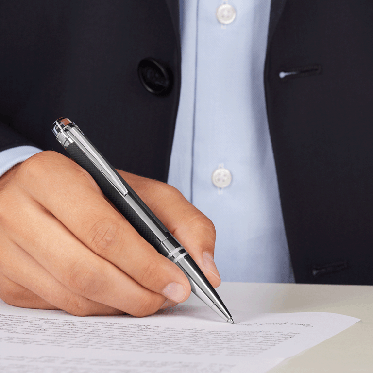 Bút nằm giữa ngón cái và ngón trỏ