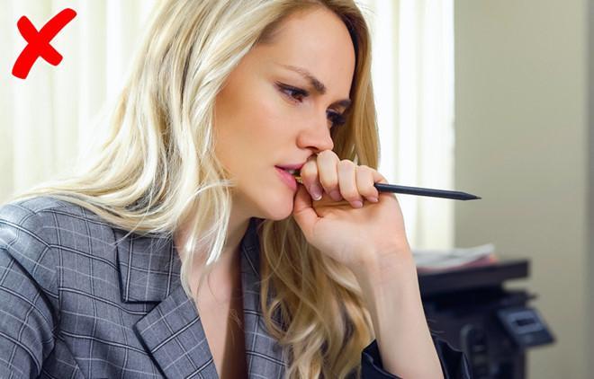 Thói quen cắn đầu bút nói lên điều gì?