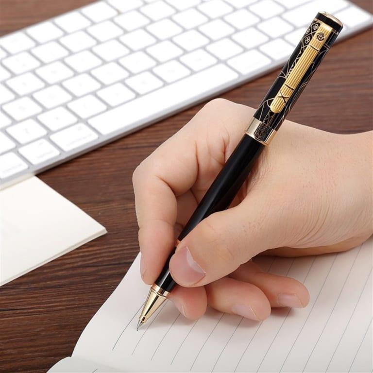 Dùng bút ngón tay cái, ngón trỏ và ngón giữa