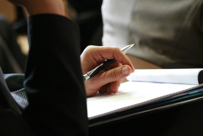 Cầm bút giữa ngón trỏ và ngón giữa