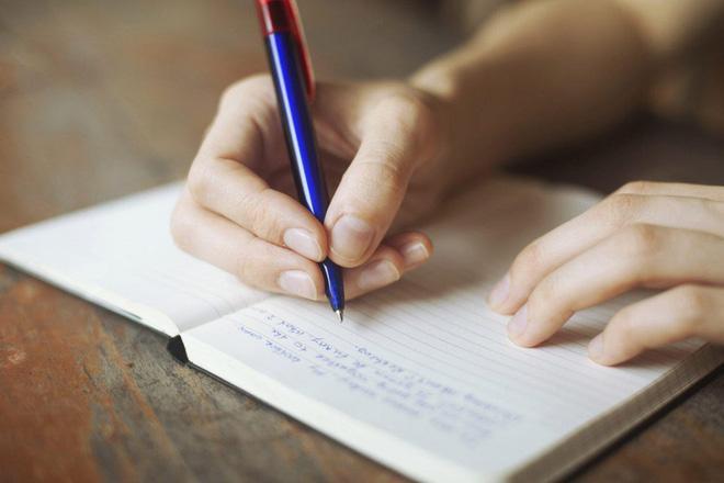 Dùng bút giữa ngón tay đeo nhẫn và ngón trỏ