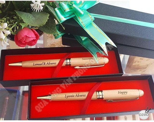 Bút gỗ khắc chữ & hộp đựng bút giấy dạng nắp rời lót nhung đỏ