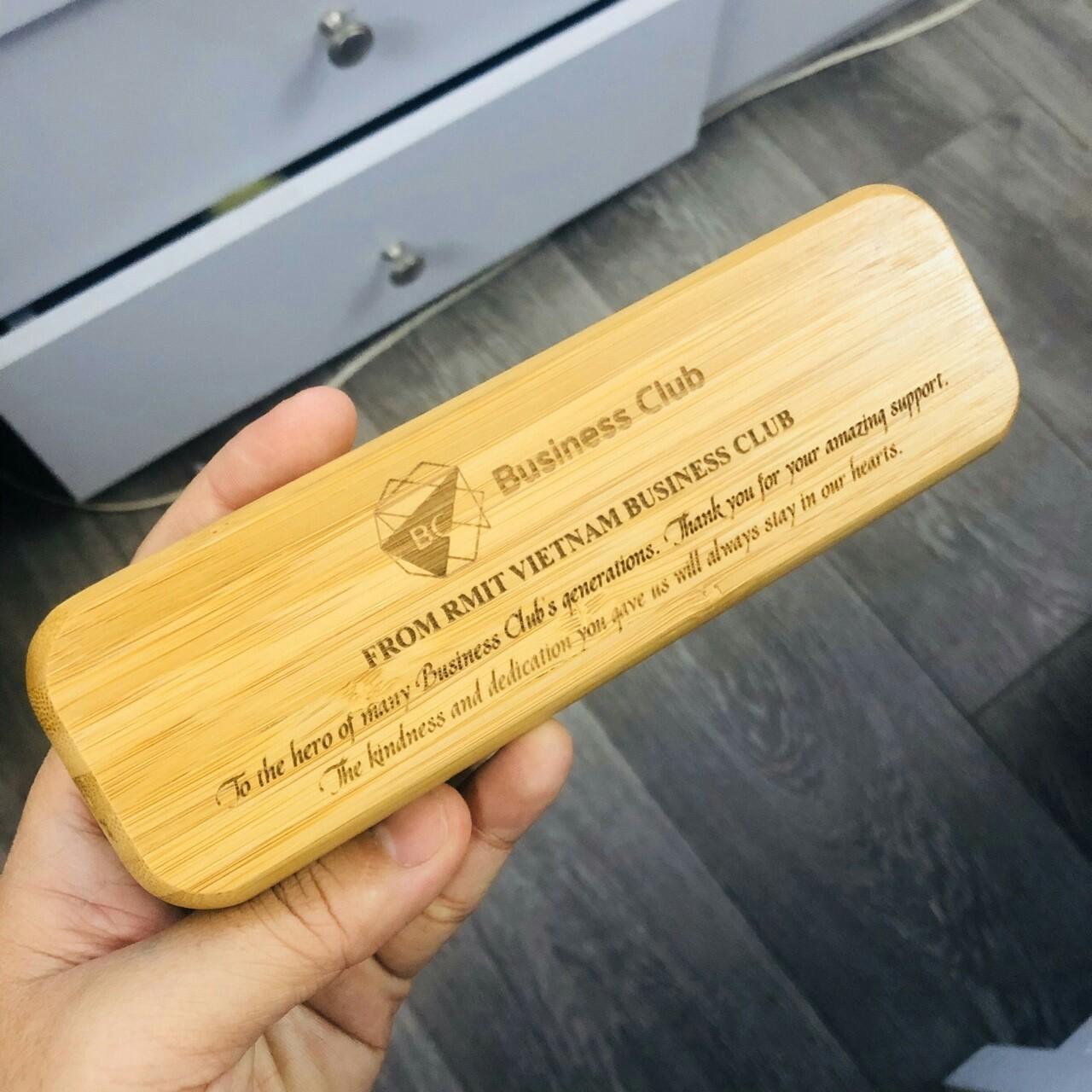 Khắc laser lên thân bút gỗ tre