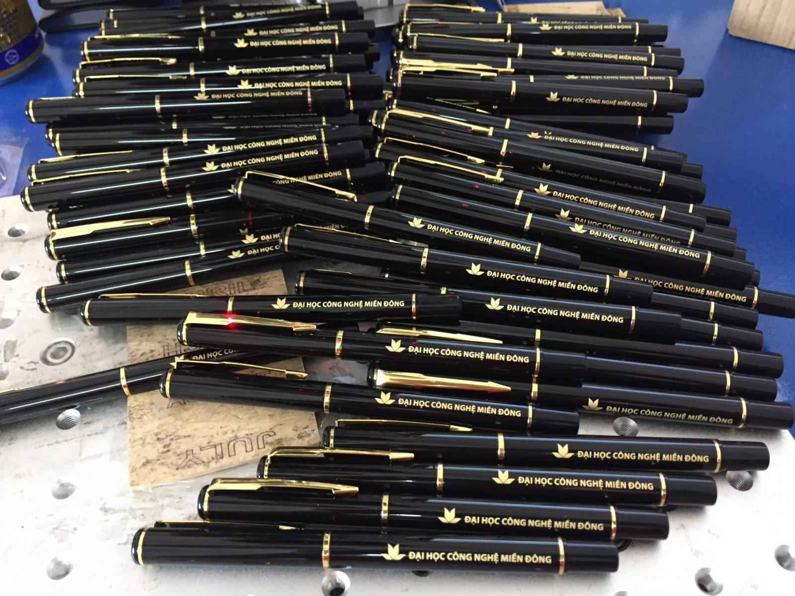 Bút kim loại BK081 nắp rời khắc logo Đại Học Công Nghệ Miền Đông