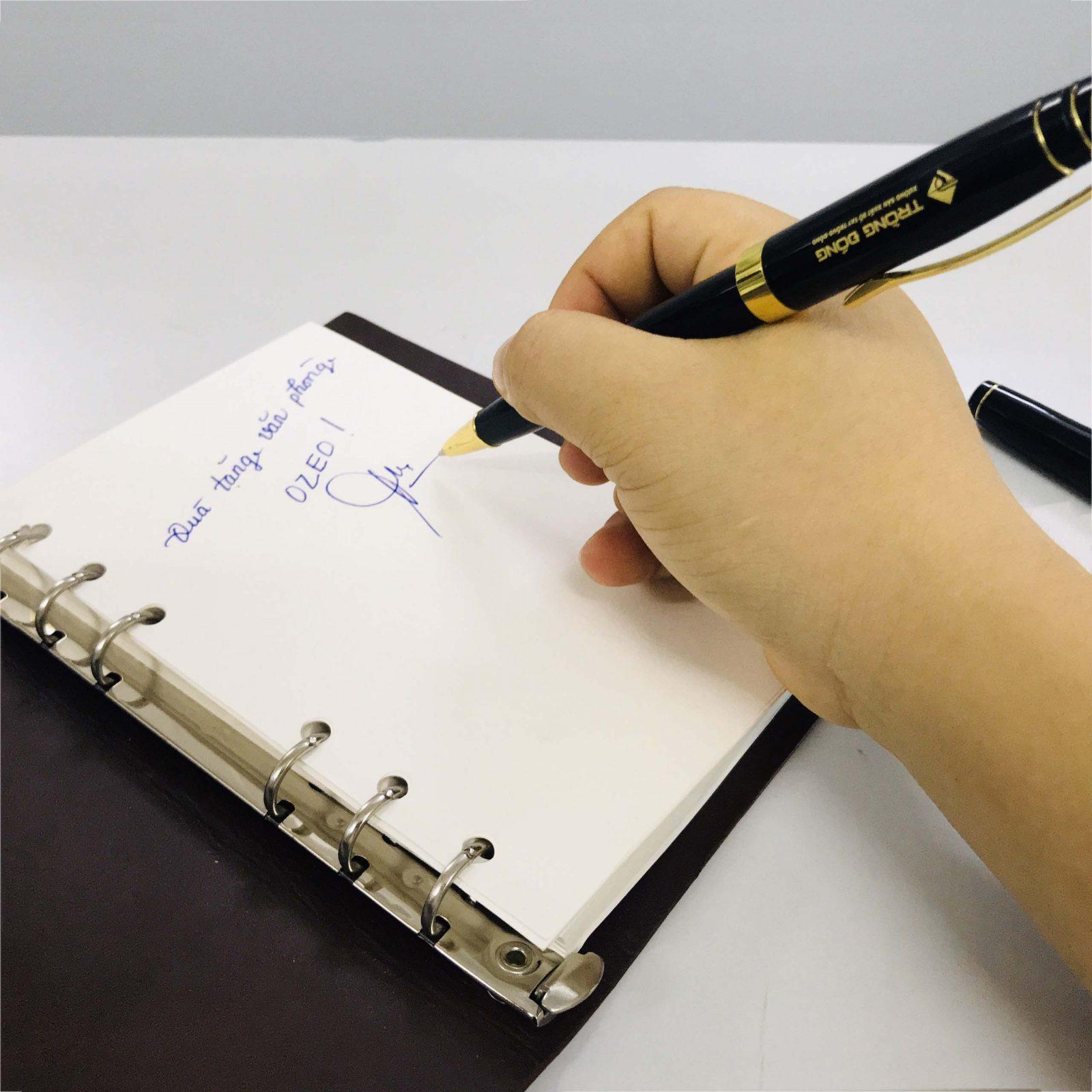 Ngòi bút dạ bi mực nước cho ra nét chữ đẹp, mực chảy đều và không bị lem khi viết trên giấy