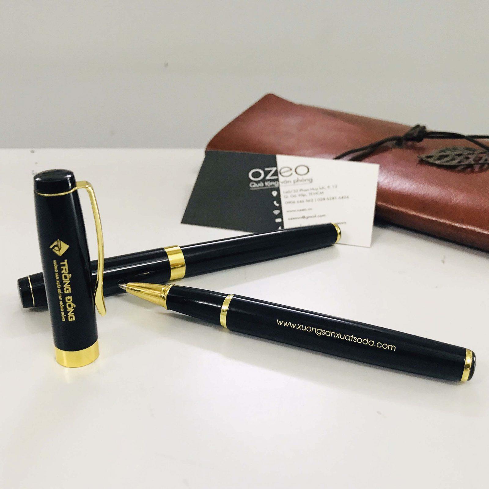 Nắp bút được thiết kế khá cầu kì với các hoa văn tinh tế và phần quai gài được làm nổi bật bằng màu vàng