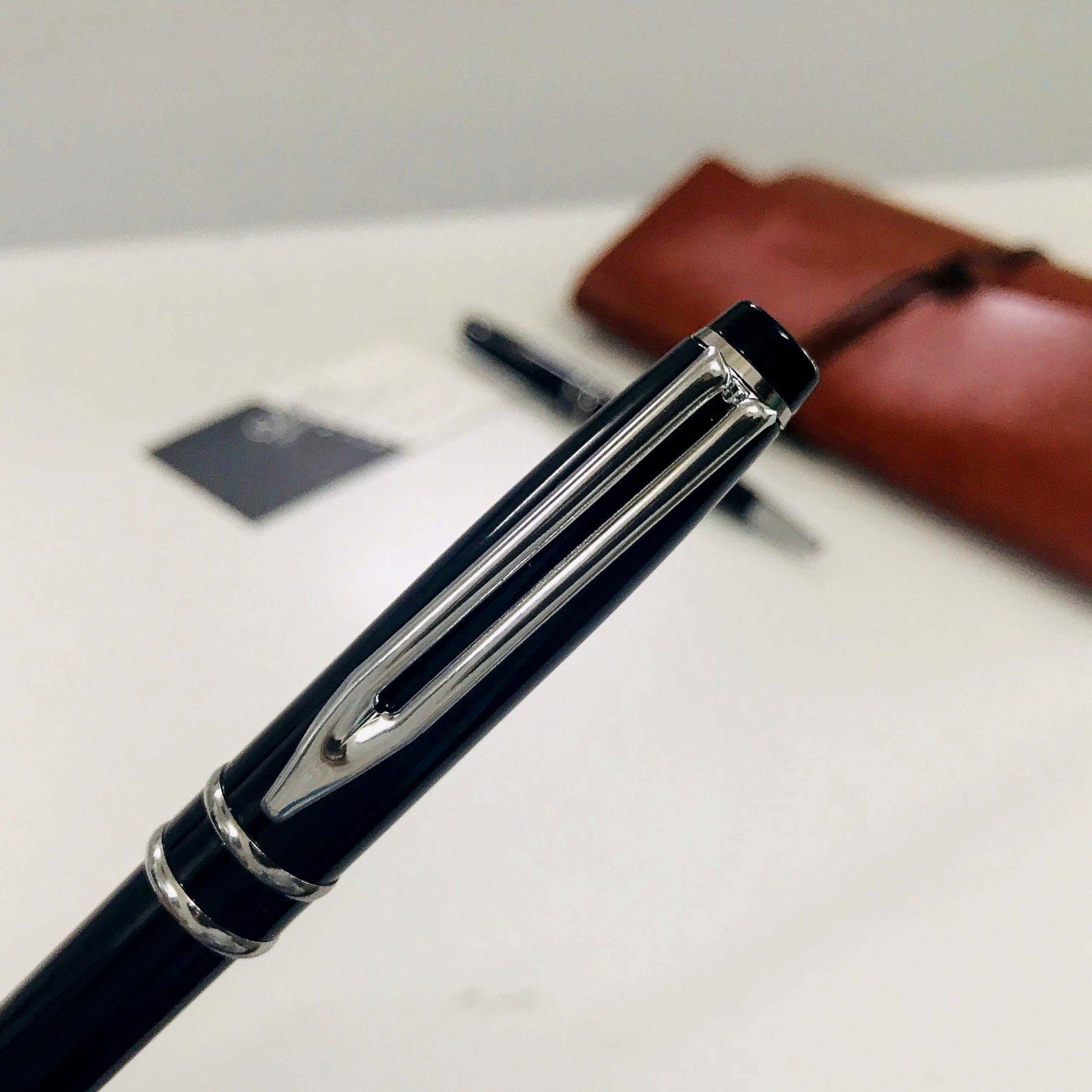 Phần giắt bút và khoen được thiết kế khá cầu kỳ và được làm nổi bật bằng màu bạc