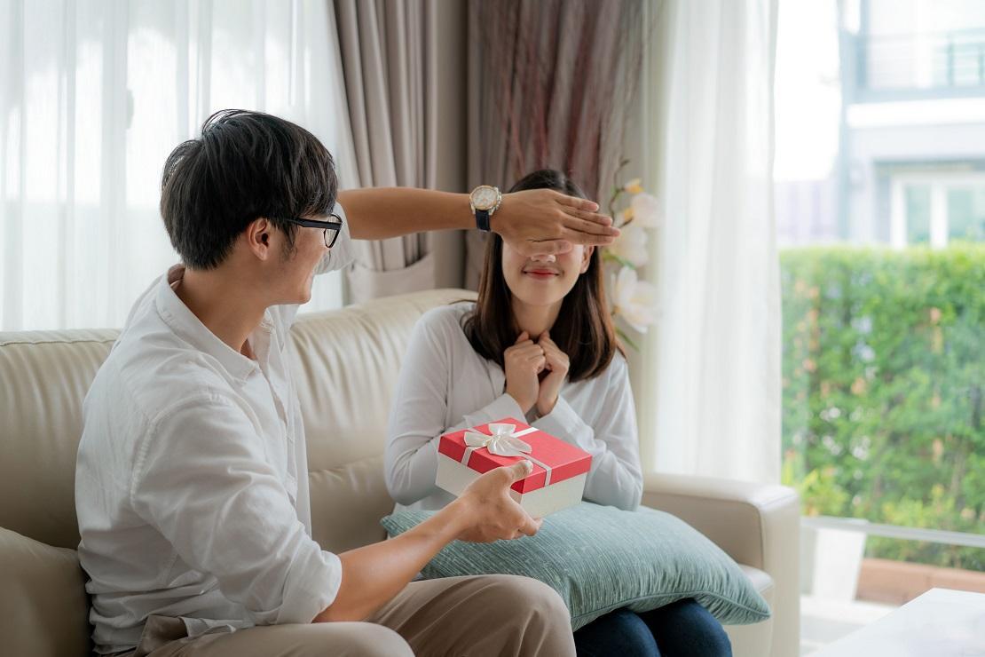 Tặng quà cho người yêu là một cách bất ngờ làm cho họ ngạc nhiên
