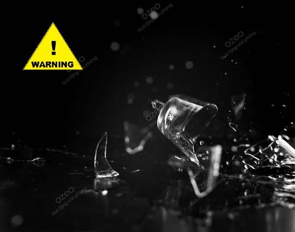 Bình đựng nước bằng thủy tinh dễ nứt, vỡ khi làm rơi hay va chạm mạnh gây nguy hiểm cho người dùng.