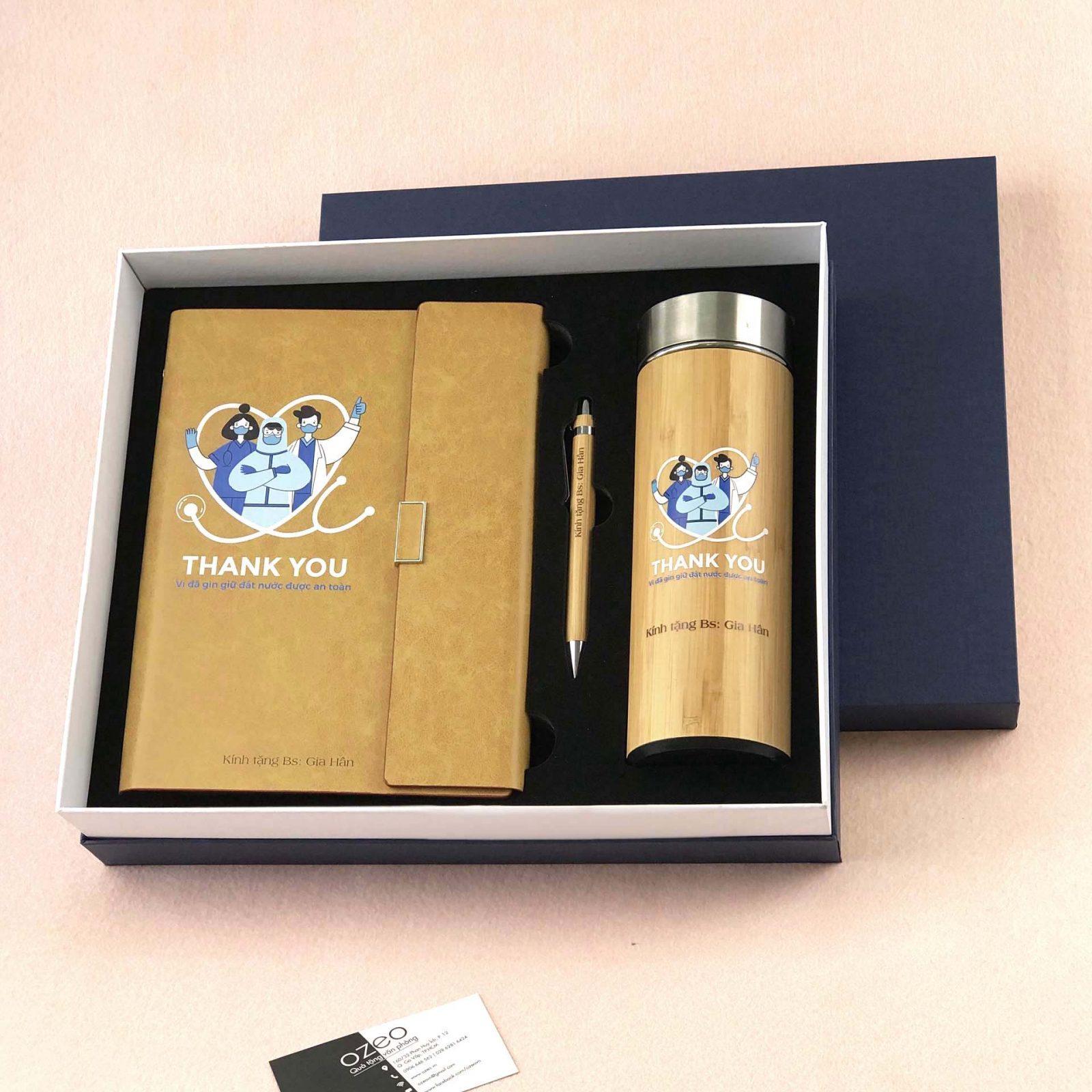 Bộ quà tặng bác sĩ gồm sổ kèm bút và bình giữ nhiệt in ấn theo thiết kế có sẵn - mẫu CBQTBS-T02