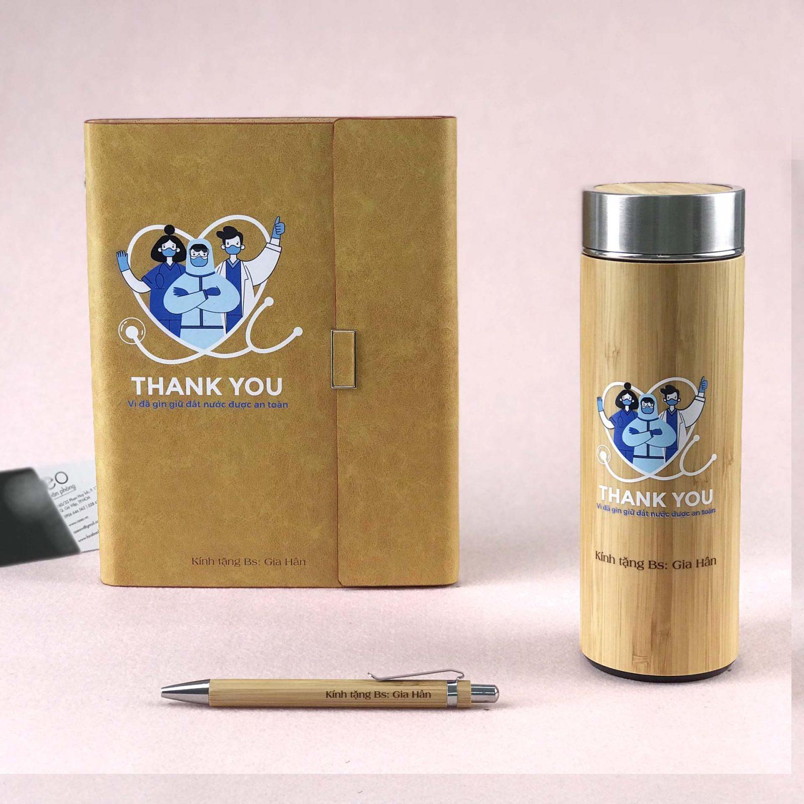 Bộ quà tặng bác sĩ 3 món gồm sổ tay, bút và bình giữ nhiệt in hình độc đáo.