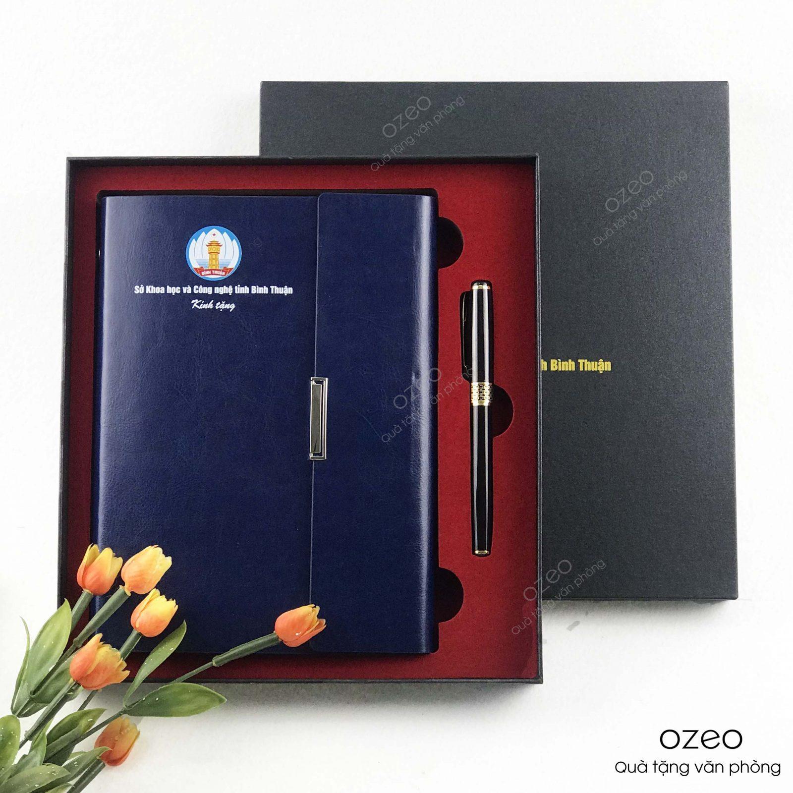 Bộ quà tặng sổ tay kèm bút ký in logo theo yêu cầu làm quà tặng doanh nghiệp.