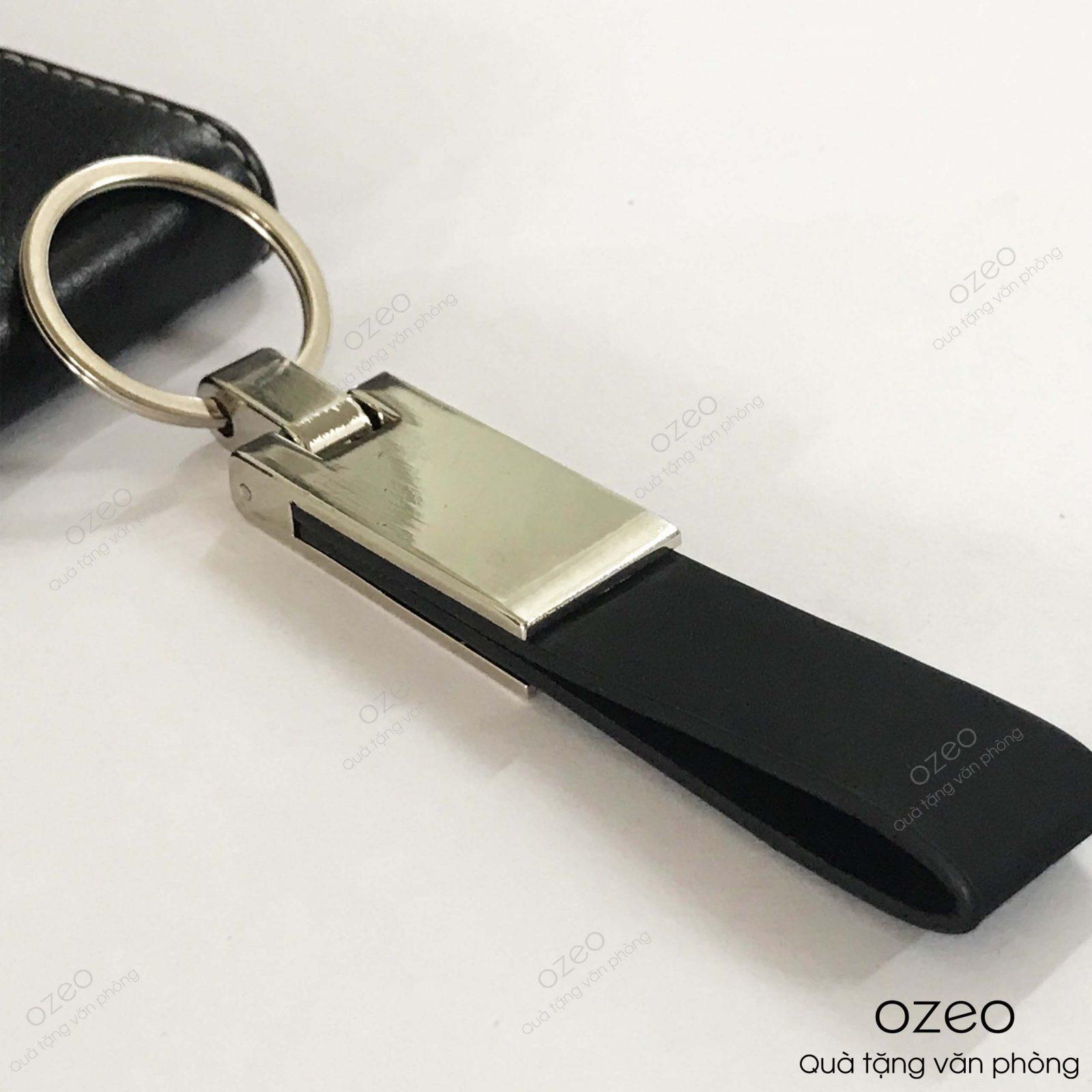 Móc khóa dây da có bề mặt kim loại có thể khắc tên, khắc logo theo yêu cầu.