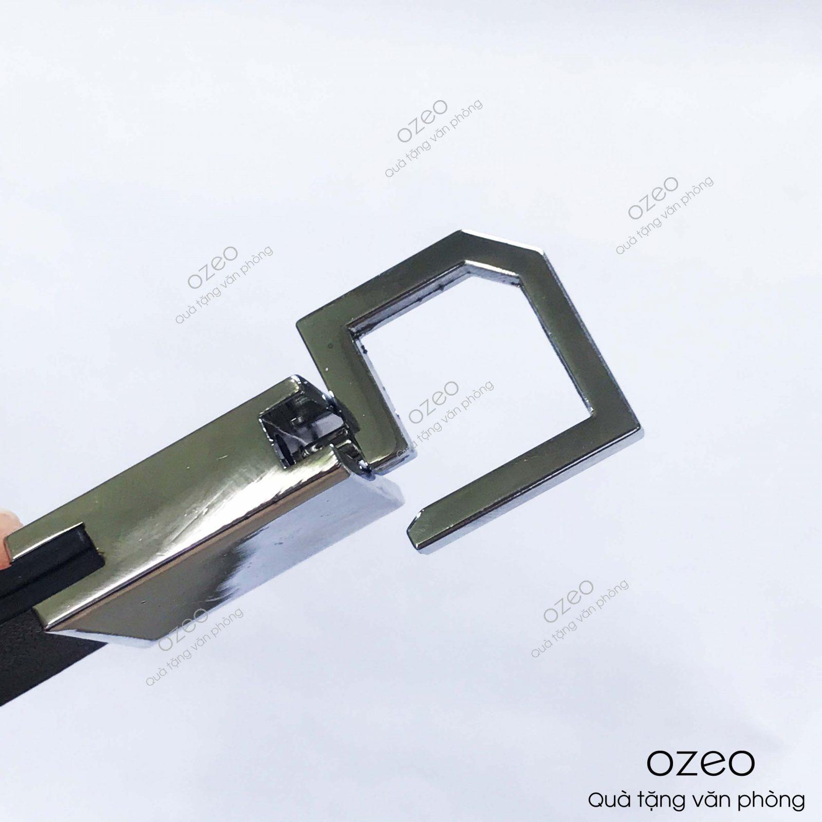 Phần chốt cài thắt lưng của móc khóa kim loại dây da MK003.