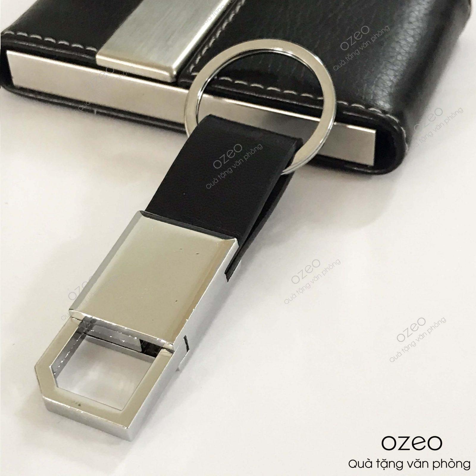 Mặt trước của móc khóa kim loại dây da MK003.