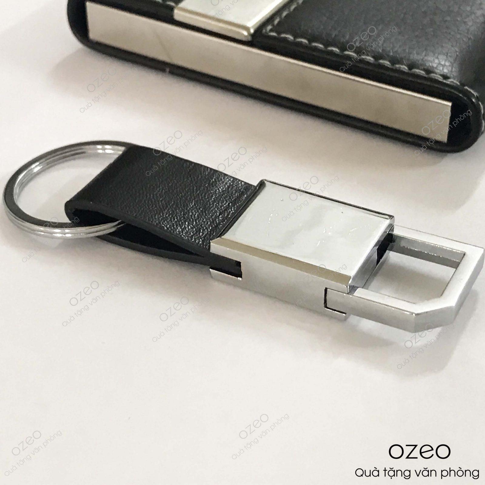 Móc khóa dây da MK003 có bề mặt kim loại có thể khắc tên, khắc logo theo yêu cầu.