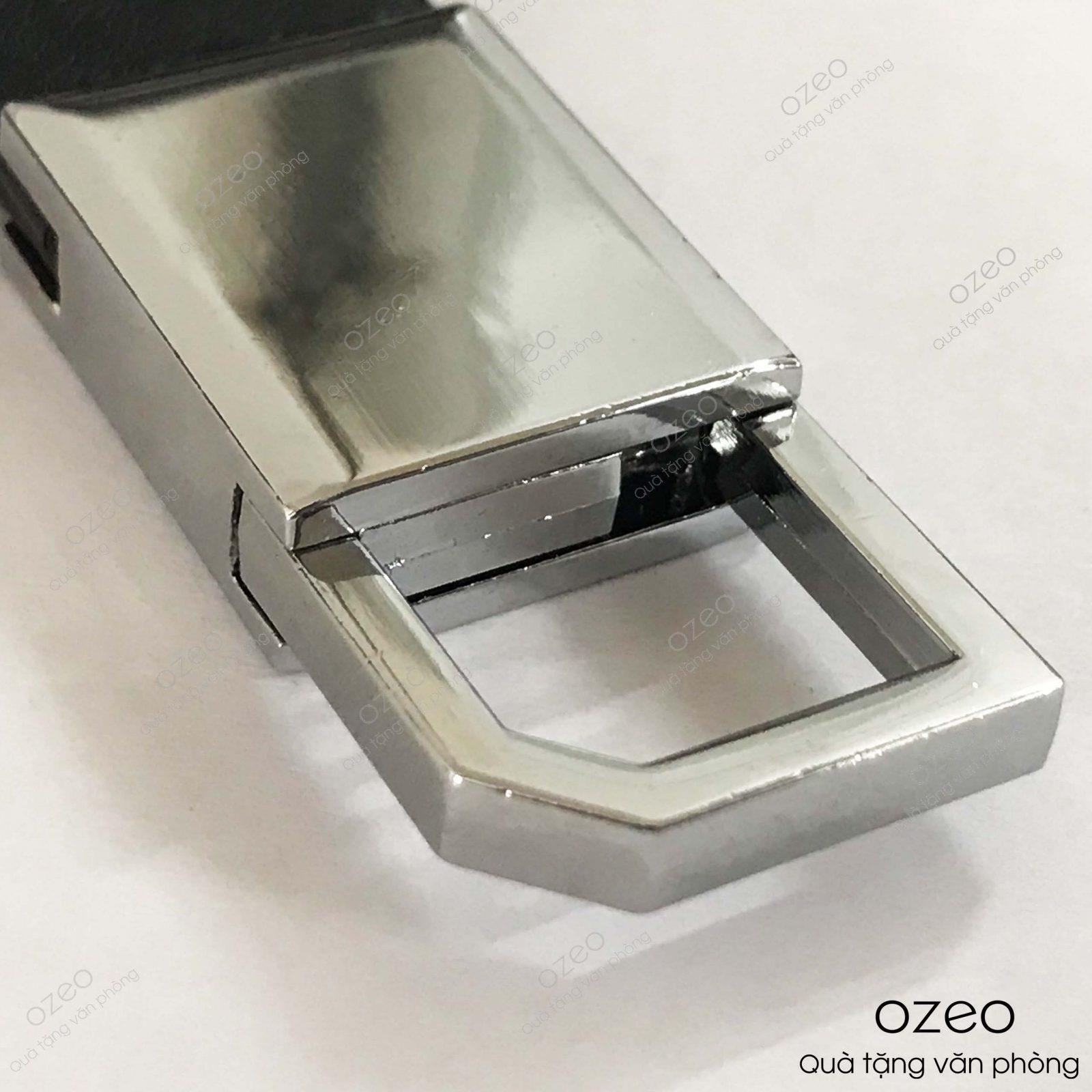 Phần bề mặt móc khóa kim loại dây da MK003 khắc tên, khắc logo theo yêu cầu của khách hàng.
