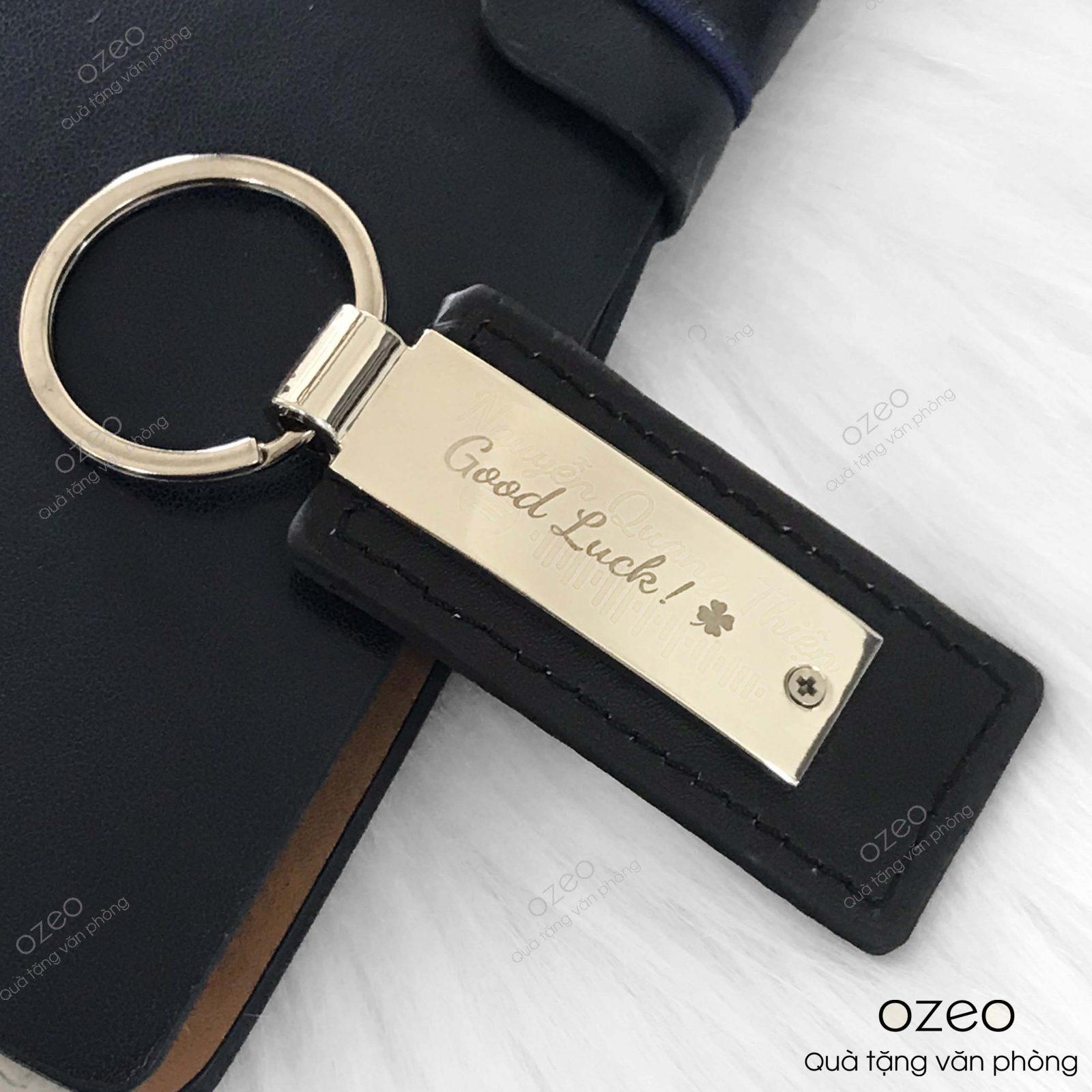 Móc khóa kim loại MK004 khắc chữ và họa tiết theo yêu cầu khách hàng.