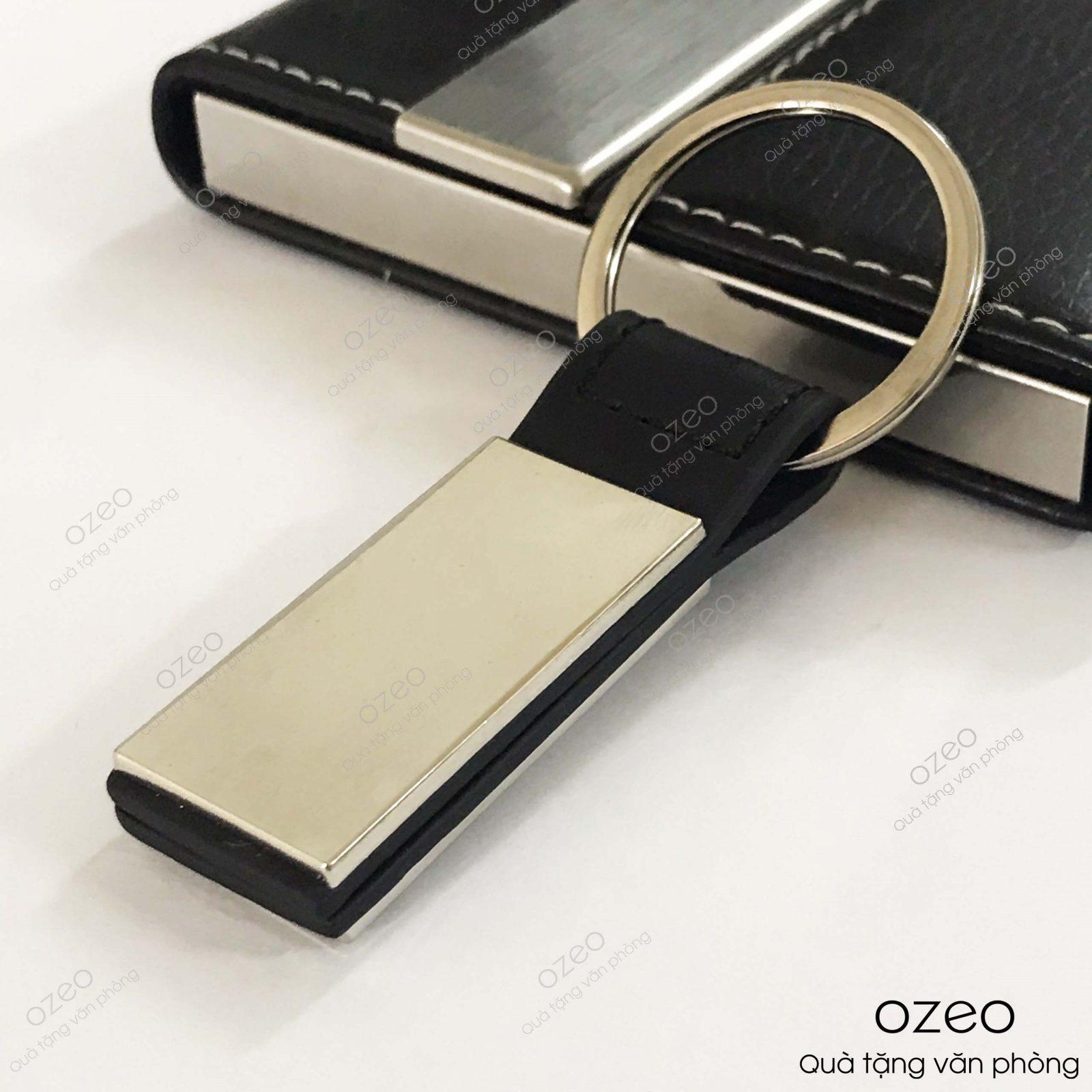 Mặt trước của móc khóa kim loại dây da MK005.