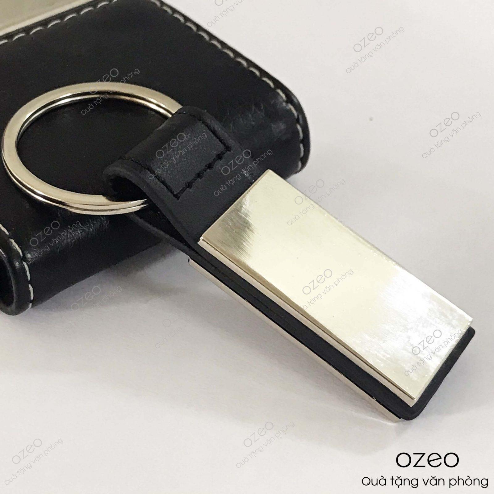 Phần bề mặt móc khóa kim loại dây da MK005khắc tên, khắc logo theo yêu cầu của khách hàng.