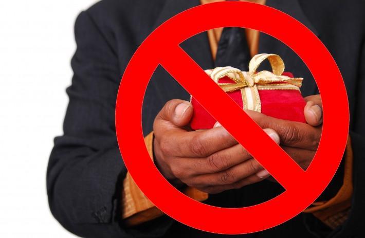 Không nên tặng quà rẻ tiền kém chất lượng cho khách hàng.