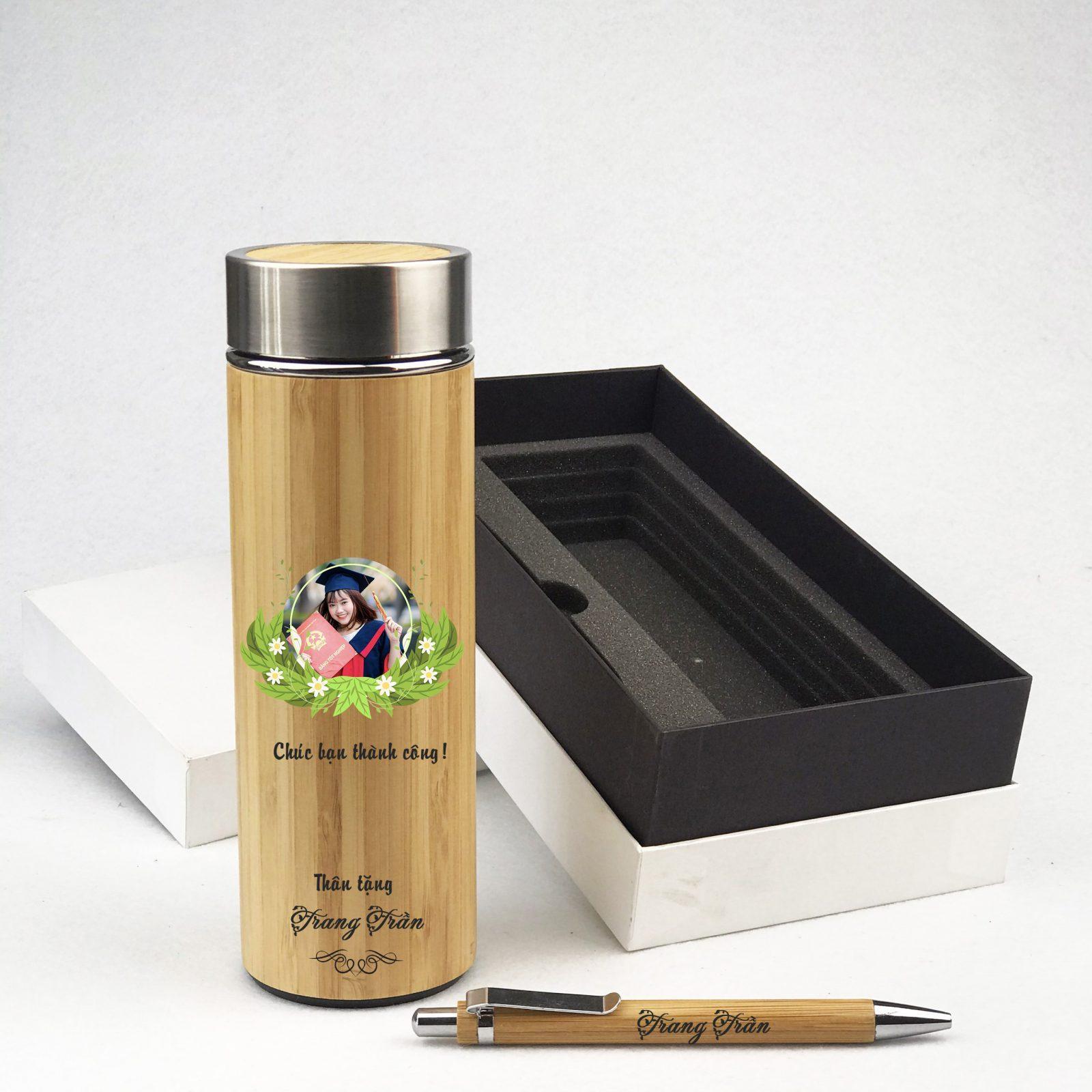 Bình giữ nhiệt vỏ tre và bút gỗ tre in hình làm quà tặng tốt nghiệp