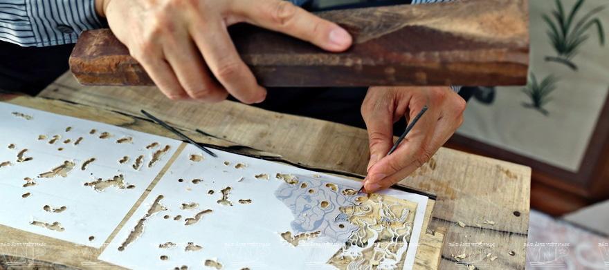 Hình ảnh khắc hình ảnh lên gỗ bằng thủ công.