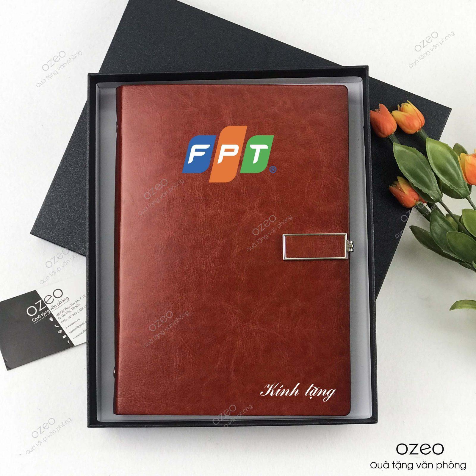 Sổ tay bìa da màu nâu in logo FPT làm quà tặng khách hàng, đối tác, nhân viên.