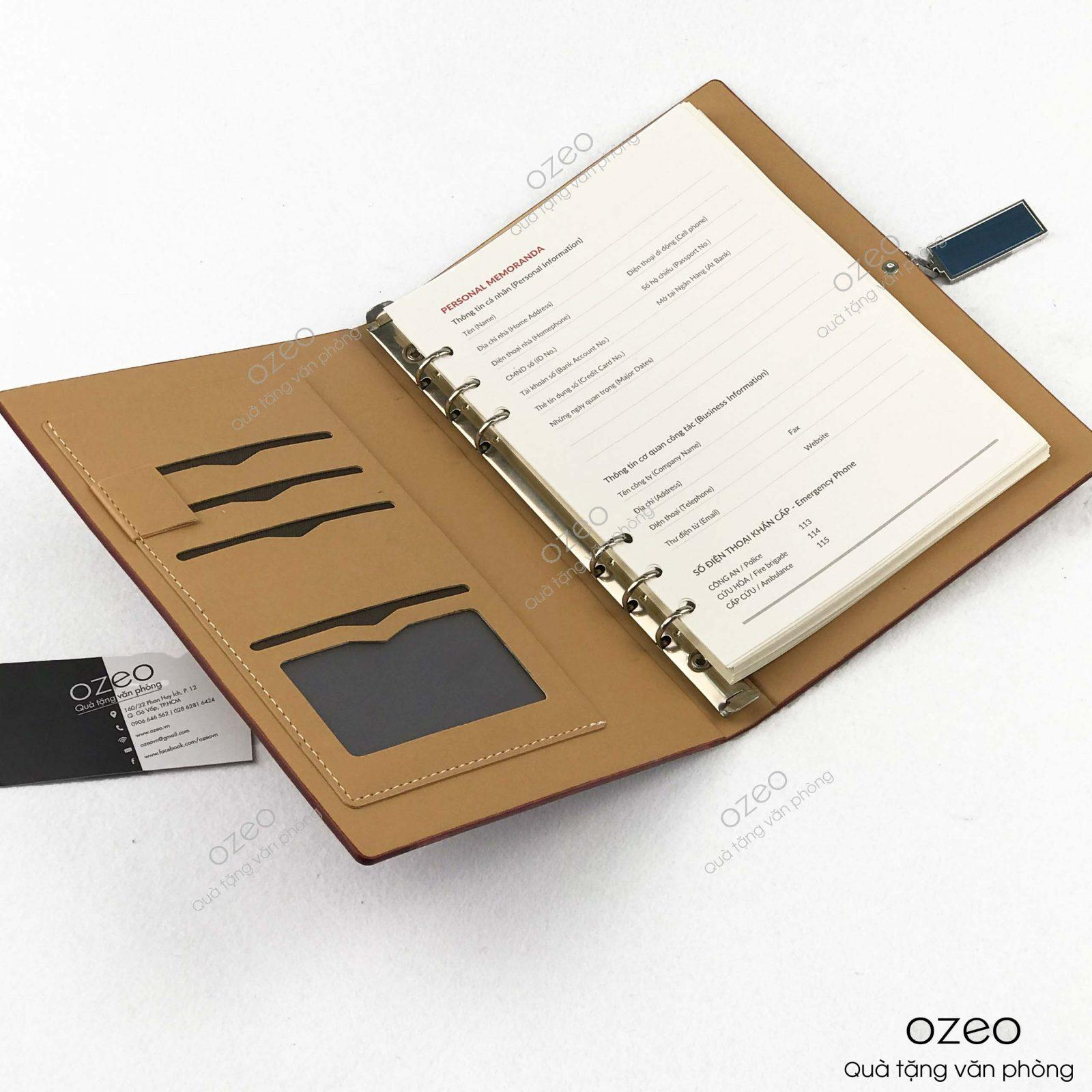 Phần bên trong của bìa sổ da khóa vuông A5 là các ngăn đựng card, danh thiếp.