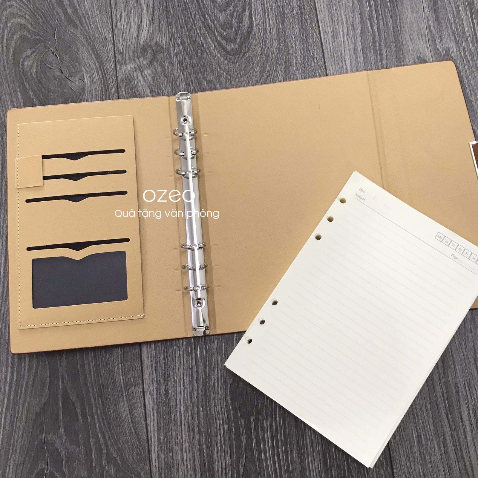 Bên trong bìa sổ có các ngăn đựng card và giắt bút tiện lợi